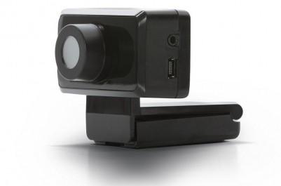 Dodatkowa kamera odbiera sygnały z diod na podczerwień, aby precyzyjnie obliczać położenie głowy użytkownika.