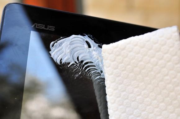 Pasta do zębów w nietypowej roli – za jej pomocą można spolerować niewielkie zadrapania ekranu z błyszczącą powłoką. Głębsze zarysowania zamaskujesz białą wazeliną.