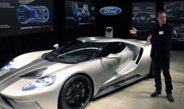 Chris Svensson, dyrektor kreatywny Forda, z dumą prezentuje GT
