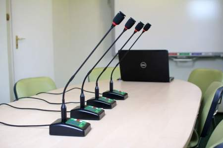 Pulpity sterownicze systemu konferencyjnego Deputy