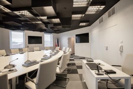 Aranżacja sali konferencyjnej KRRiT – Forbis Group