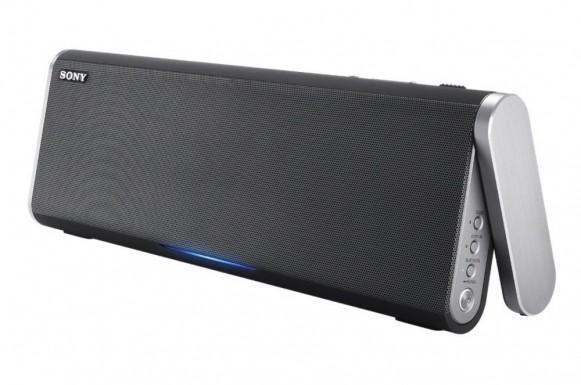 """""""Unplugged"""" ze wszech miar – niektóre głośniki Bluetooth, np. Sony BTX300 (na zdjęciu), obsługują technologię NFC. Wystarczy potrzymać smartfon w pobliżu obudowy."""
