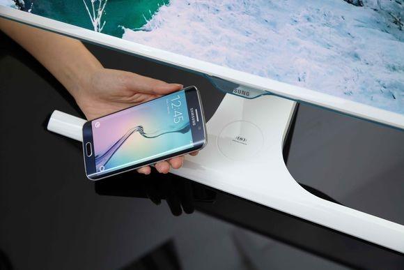 Monitor Samsunga będzie mógł bezprzewodowo ładować smartfony