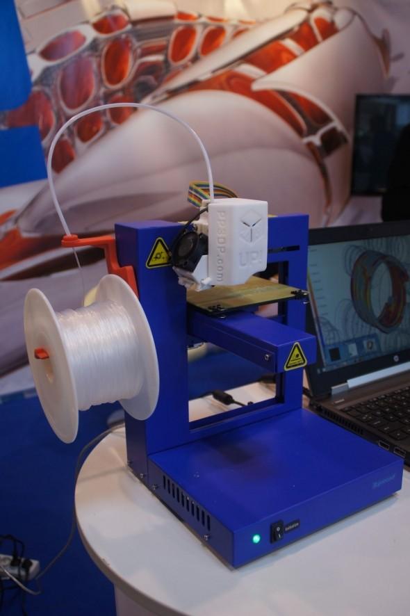 Przykład pokazywanej na targach Wirtotechnologia w Sosnowcu bardzo prostej drukarki 3D - UP Plus 2 - firmy UP3D korzystającej z technologii FDM. zdjęcie: Marcin Bieńkowski