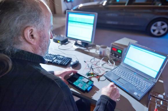 Niemiecki automobilklub ADAC ujawnił niedociągnięcia w zabezpieczeniach systemu ConnectedDrive. Umożliwiają nieuprawnione otwieranie drzwi pojazdu za pomocą aplikacji.