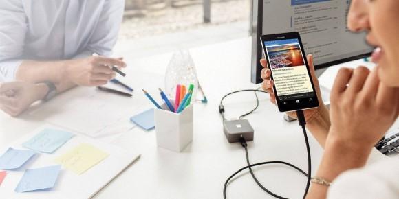 Stosując odpowiednie akcesoria, można przeistoczyć smartfon z portem USB-C w komputer (na zdjęciu: Microsoft Lumia 950XL i przejściówka Display Dock).