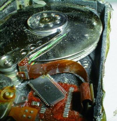 Rzut oka na uszkodzony dysk talerzowy. W takich wypadkach nie pomoże żaden program. Pozostaje oddać sprzęt do specjalistycznego laboratorium odzyskiwania danych.