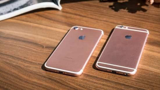iPhone 7 (po lewej) wygląda ładniej z przeniesionymi paskami anten. fot. Adam Patrick Murray