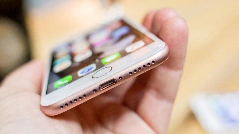Brak złącza słuchawkowego! Na obrazku jest iPhone 7 (w kolorze Rose Gold), ale design jest taki sam jak w iPhone'ie 7 Plus.