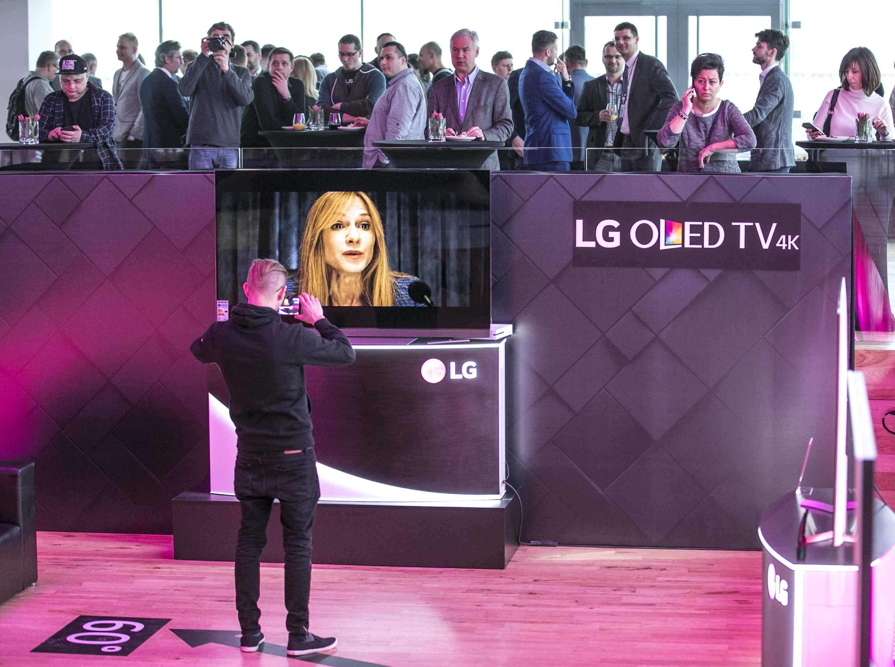 Premiera telewizorów LG: 99% dziennikarzy technologicznych bawi się na bankiecie (na górze), redaktor Kossakowski z PCWorld.pl jako jedyny ciężko pracuje (na dole)