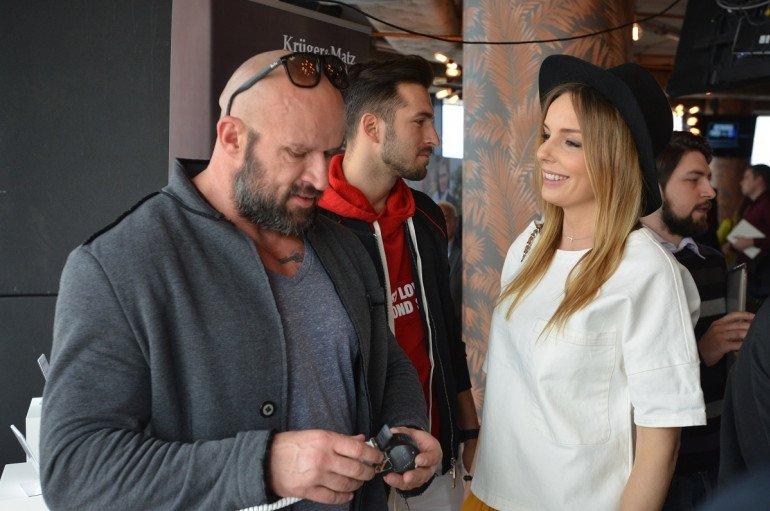 Tomasz Oświeciński testuje smartwatch marki Kruger&Matz