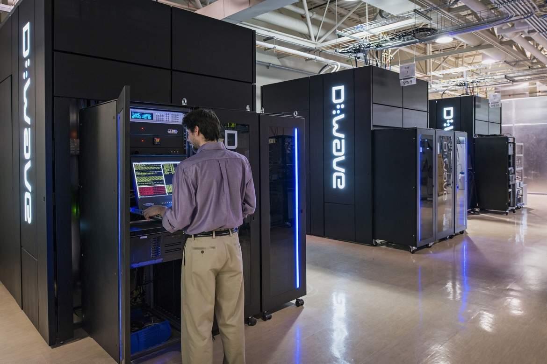 Z zewnątrz komputery kwantowe firmy D-Wave przypominają czarny monolit o wymiarach ok. 3 x 3 x 3 metry. Na zdjęciu komputery kwantowe z serii D-Wave 2X.