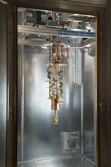 Do chłodzenia procesora kwantowego QPU zastosowano układ chłodniczy, wykorzystujący suchą skraplarkę helu pracującą w obiegu zamkniętym. Układ może pracować samodzielnie przez dłuższy czas bez nadzoru człowieka, chłodząc procesor do temperatury 0,015 K (–273,135°C) bliskiej bezwzględnego zera (−273,15°C).