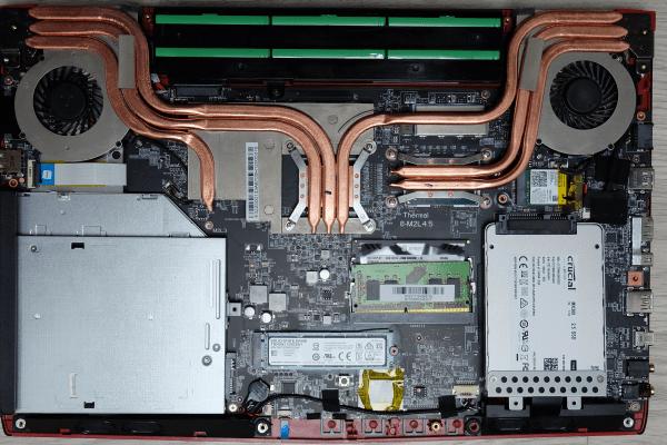 Wnętrze laptopa MSI jest w pełni zagospodarowane. Pomimo to dostęp do poszczególnych elementów jest wzorowy.