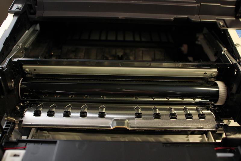 Wnętrze drukarki Kyocera P3045dn. Widoczny na zdjęciu błyszczący wałek to ceramiczny bęben służący do nanoszenia tonera na papier.