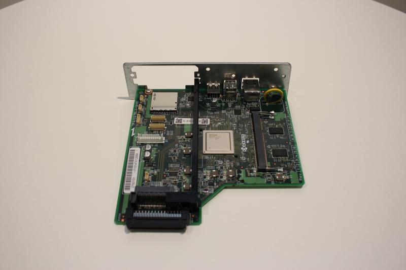 Płyta główna, na której znajduje się kontroler drukarki, czyli wewnętrzny komputer koordynujący działanie poszczególnych podzespołów.