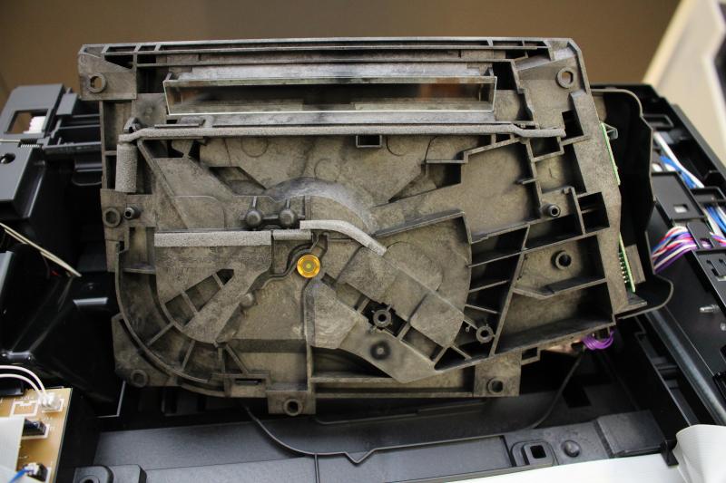 Laser znajduje się wewnątrz widocznego na zdjęciu modułu. Wiązka pada poprzez prostokątne szkiełko znajdujące się w górnej części.