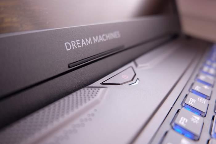 Listwa nad klawiaturą kryje jedynie włącznik oraz diodę aktywności. Przycisk ma niski skok i działa z lekkim opóźnieniem.
