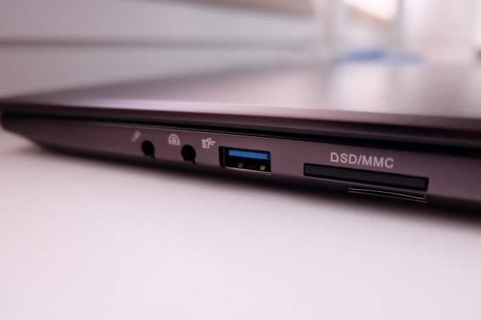 Pełnowymiarowa klawiatura otrzymała efektowne podświetlenie RGB LED.