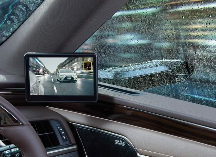 Wyświetlacz zamiast lusterka w Lexusie ES. Fot. Toyota