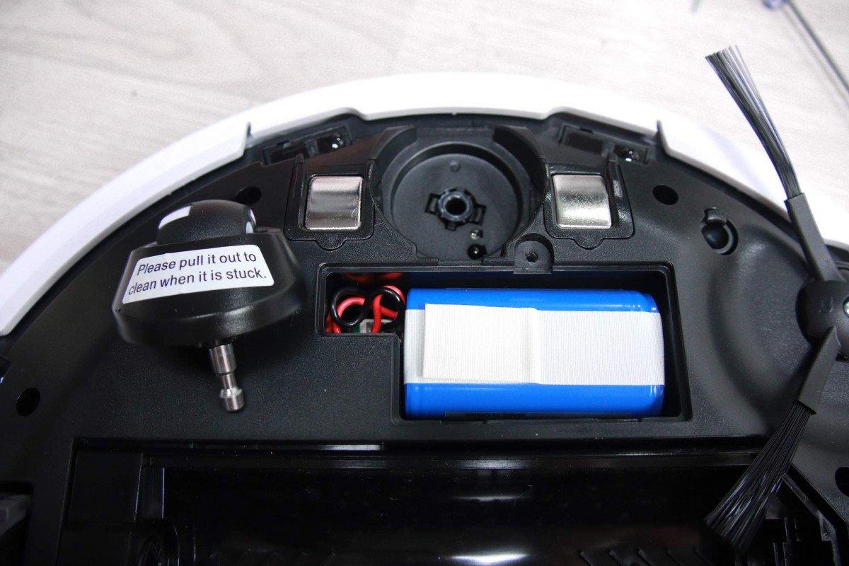 Zdejmowanie kółka prowadzącego czy dostanie się do akumulatora to kwestia kilku chwil.]