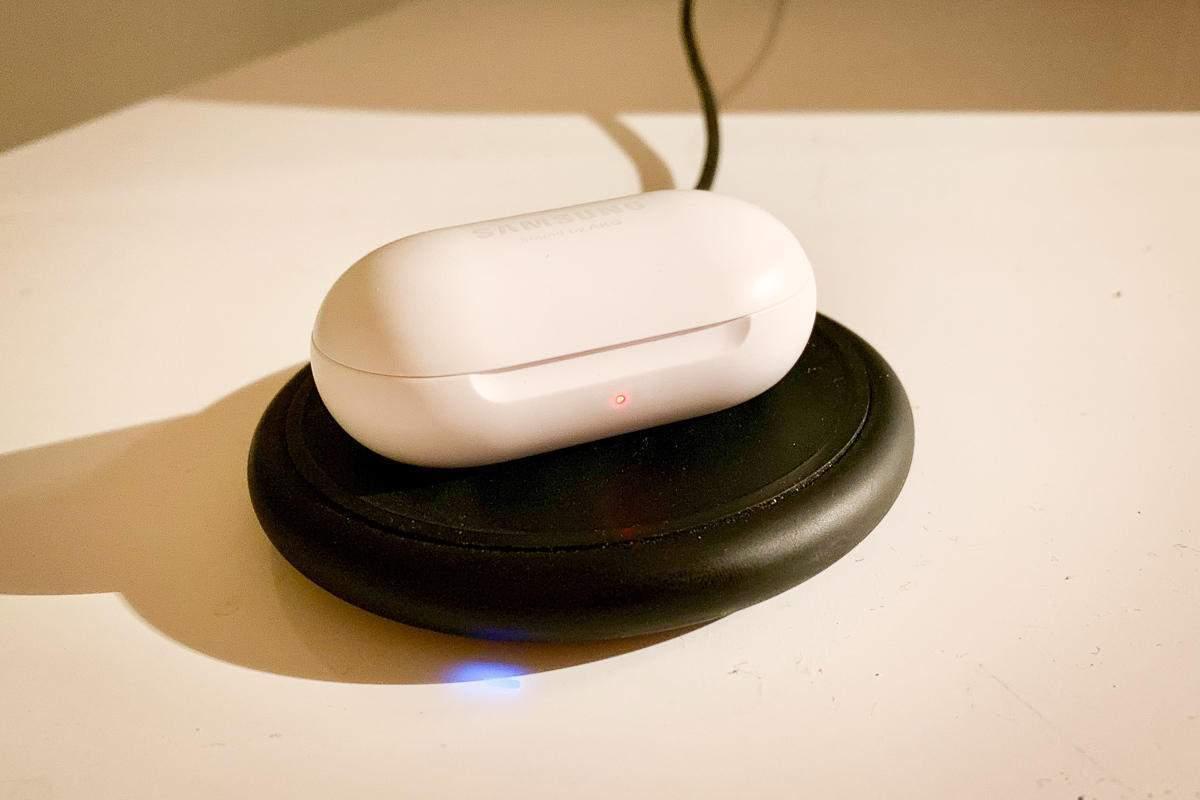 Galaxy Buds można naładować dowolną ładowarką bezprzewodową Źródło: Macworld