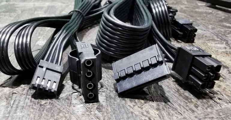 Wtyczki zasilacza. Od lewej: FDD, MOLEX, SATA, PCIe