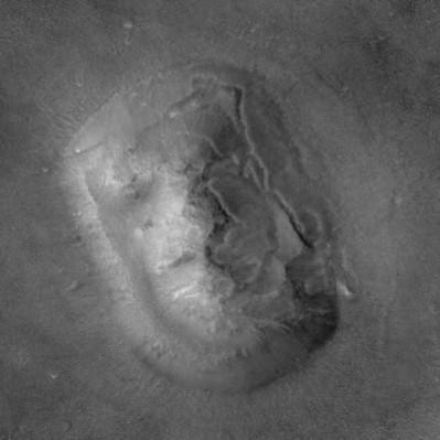 """Zdjęcie """"twarzy"""" w wysokiej rozdzielczości wykonane 8 kwietnia 2001 roku przez sondę MGS (źródło: NASA)"""