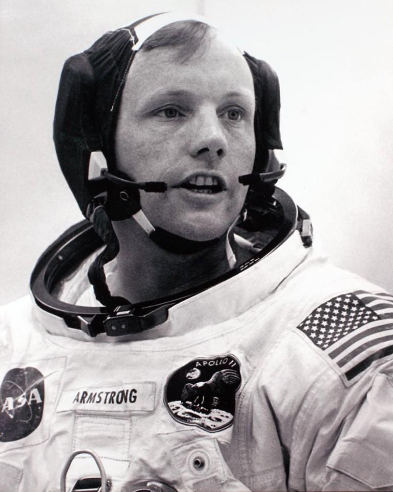 Neil Armstrong noszący zbudowany w 11 dni zestaw do komunikacji Plantronics. Źródło: Plantronics