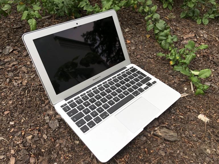 MacBook Air 11 produkowany w latach 2010-2015. Polecamy modele z 2012-2015 (na zdjęciu wersja z 2014 roku)
