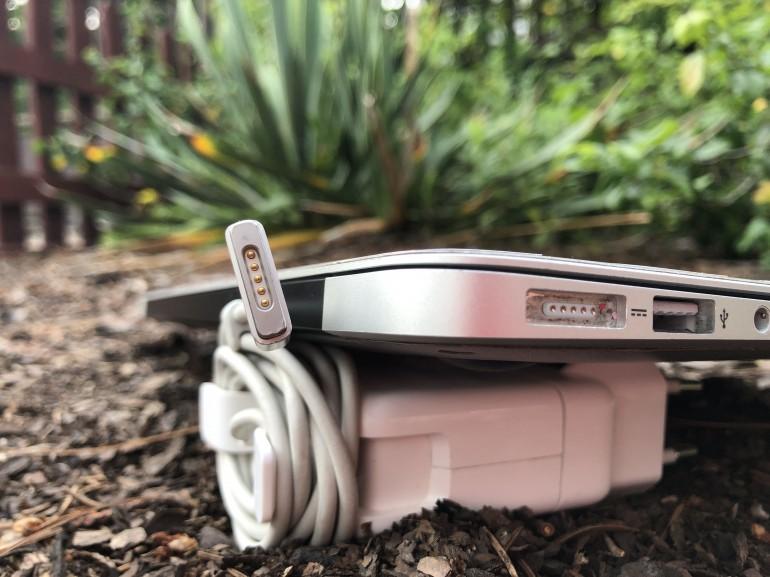 Złącze magnetyczne MagSafe 2 - widoczne typowe wytarcie lakieru w laptopie
