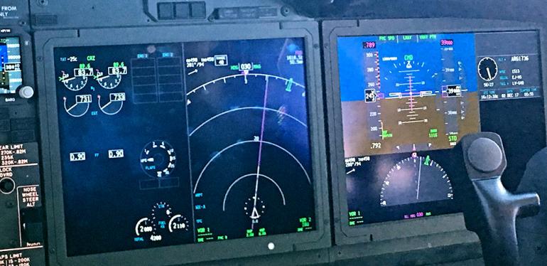 Ekrany Boeninga 737 ; źródło: Boening