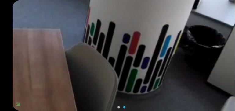 Изображение с камеры в Poly Studio X30 отображается на вызывающем устройстве с увеличением x4