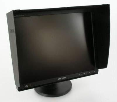 Czarny fartuch osłonowy chroni ekran przed bezpośrednim padaniem światła. Od spodu wyłożony jest materiałem pochłaniającym dodatkowo redukującym ewentualne odbicia świetlne.