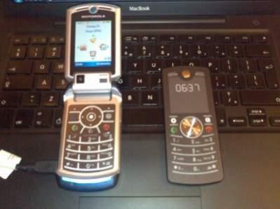 Motorola V3x i Motofone F3 - górna półka tuź obok telefonu z półki najniższej