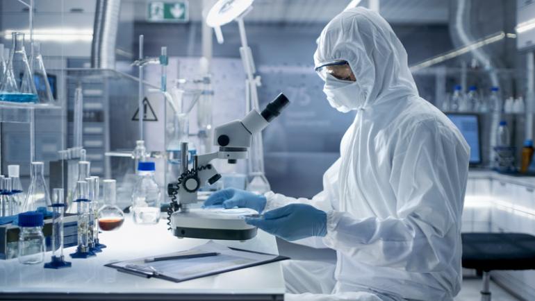 Dlaczego tworzenie szczepionki na COVID-19 trwa tak długo? Wyjaśniamy