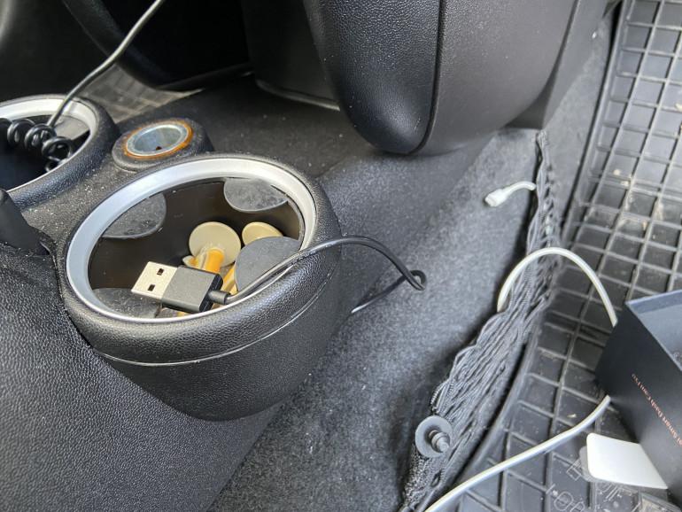 Kabel zasilacza doprowadzony do gniazda zaplniczki