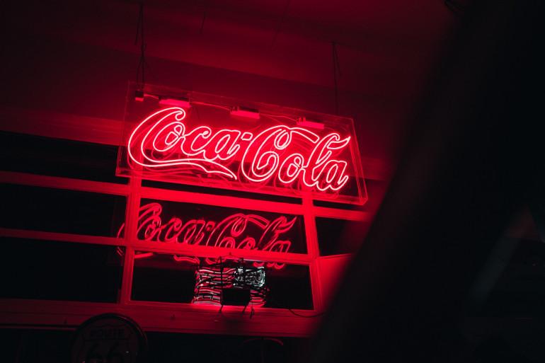 Szyld reklamowy Coca-Cola  Źródło: Markus Lompa/Unsplash