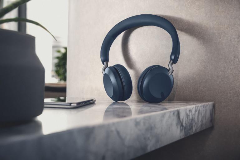 Niebieskie słuchawki Jabra Elite 45h