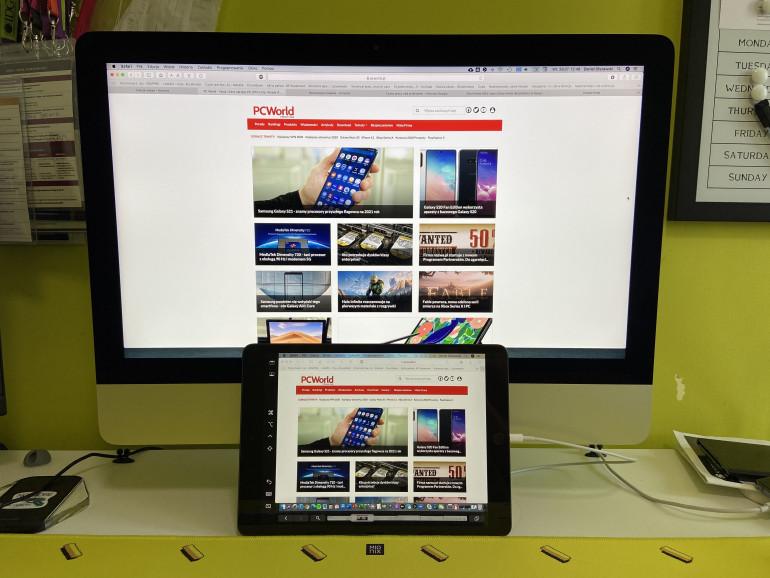 iPad połączony z iMac za pośrednictwem przewodowego Sidecar