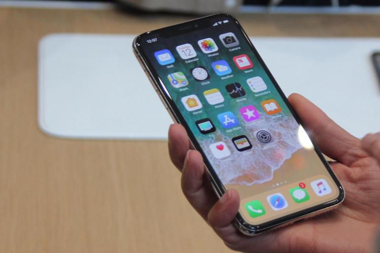 iPhone X, który został wprowadzony na rynek później od iPhone 8/8 Plus Źródło: macworld.com