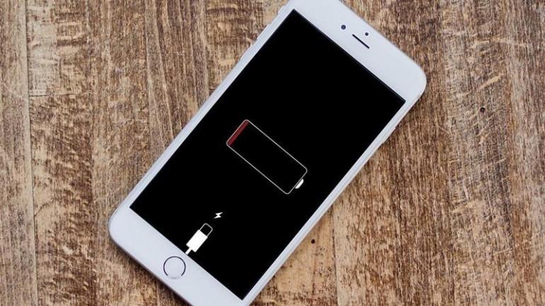 iPhone z rozładowaną baterią Źródło: macworld.co.uk