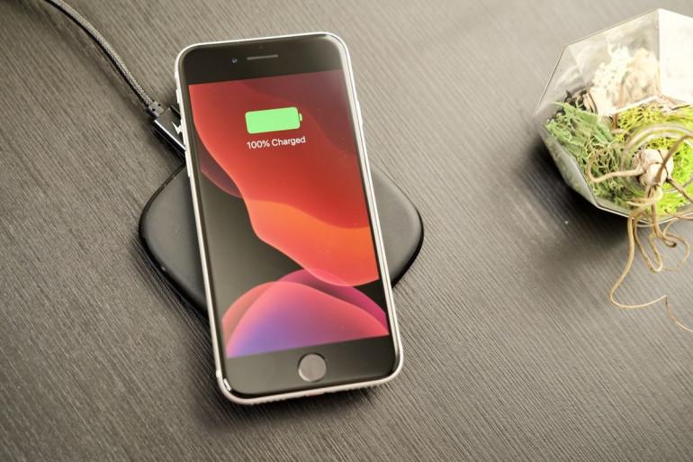 iPhone SE ładowany bezprzewodowo Źródło: macworld.com
