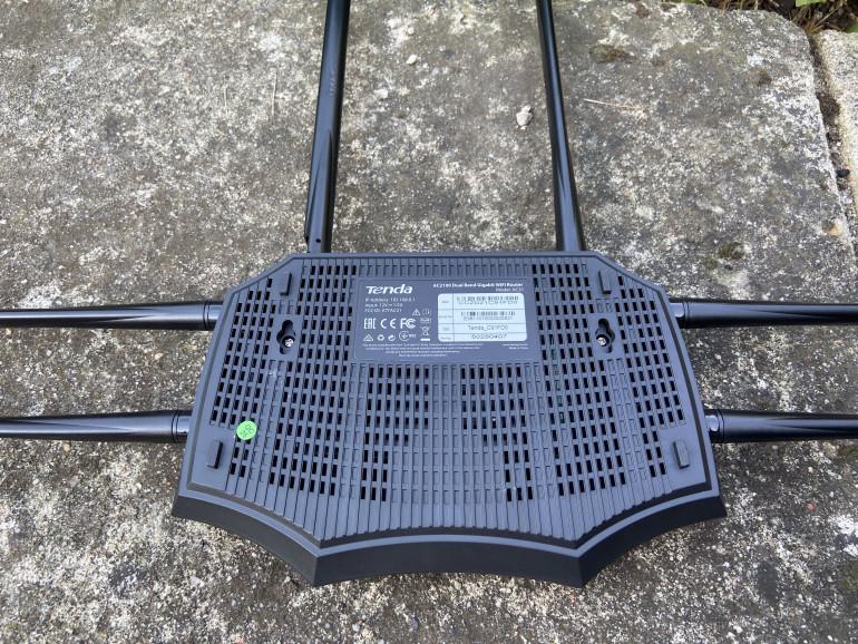 Spodnia część obudowy wraz z odchylonymi antenami