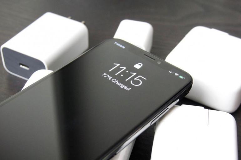 iPhone z ładowarkami Źródło: macworld.com