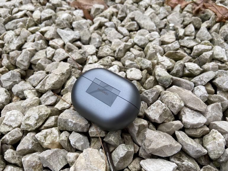 Słuchawki Huawei FreeBuds Pro - widoczny zawias i logo producenta