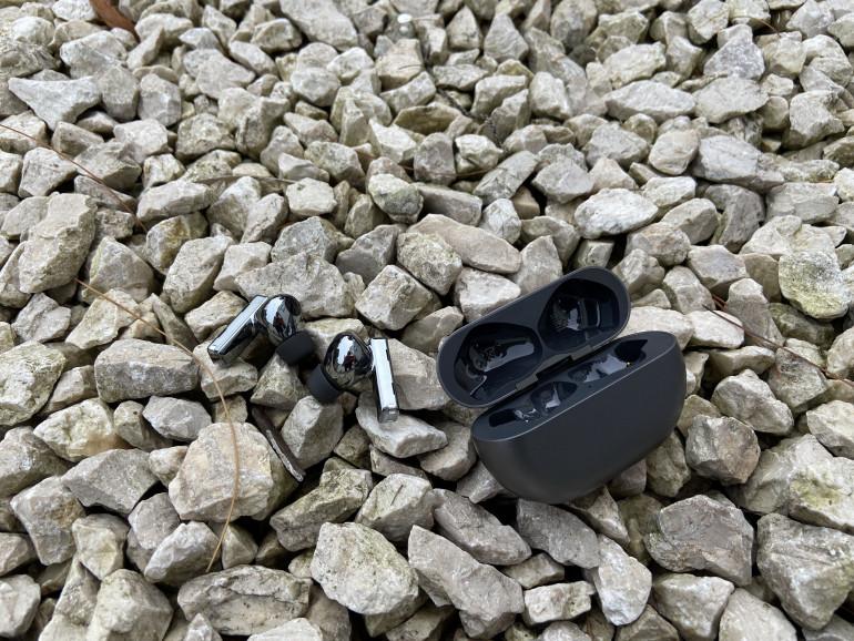 Słuchawki Huawei FreeBuds Pro obok etui ładującego