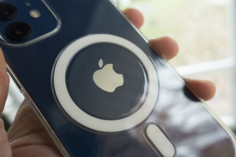 iPhone 12 w pokrowcu Źródło: macworld.com