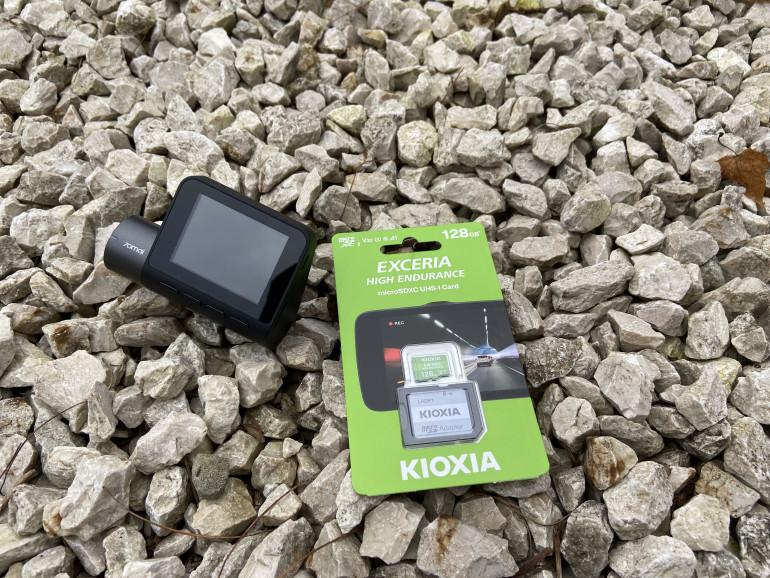 Kioxia Exceria High Endurance obok wideorejestratora 70mai Dash Cam Pro
