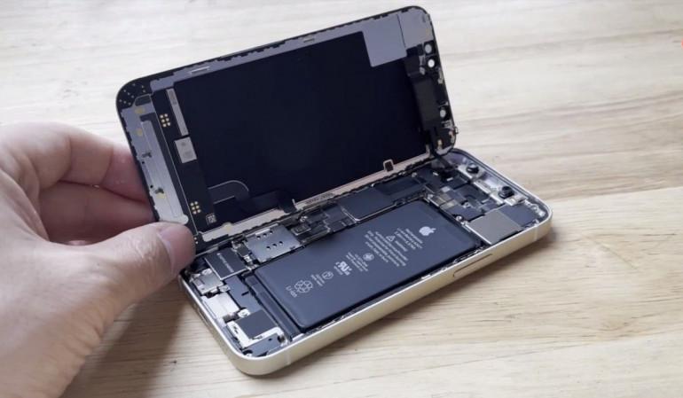 Rozebrany iPhone 12 mini Źródło: gsmarena.com